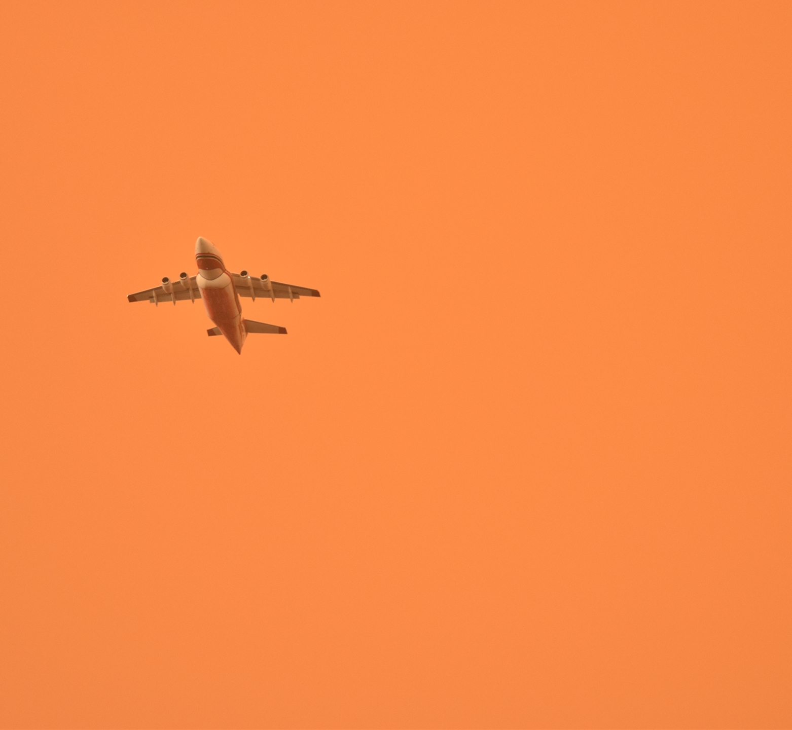 A fire-fighting airtanker flies through a smoke-filled sky as it battles the Carr Fire in Redding, California on July 27, 2018. (Photo by Boone Ashworth)